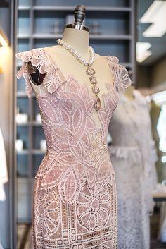 Martha Medeiros abre loja em Los Angeles! A estilista já vestiu celebridades como Beyoncé, Sofia Vergara e Jessica Alba. Needle Lace, Bobbin Lace, Filet Crochet, Romanian Lace, Lacemaking, Point Lace, Party Gowns, Embroidery Designs, Ideias Fashion