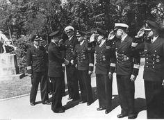 ■ El Almirante Dönitz, acompañado por Hans Rudolf Rösing (detrás), saluda a los comandantes de submarinos (desde la derecha de la foto): Gunter Kuhnke, Heinrich Lehmann-Willenbrock, Werner Winter, Schultz, Klaus Scholtz, Ernst Kals.