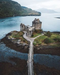 Castle Ruins, Castle House, Medieval Castle, Unusual Buildings, Amazing Buildings, Beautiful Castles, Beautiful Places, Abandoned Places, Abandoned Buildings