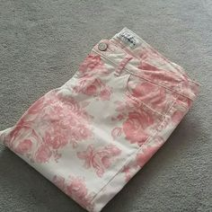 """NWOT Aeropostale Printed Skinnies sz 8 AEROPOSTALE """"Ashley"""" Ultra Skinny jeans sz 7/8 Beautiful printed floral design, these have never been worn, from a smoke and pet free home  Please feel free to ask questions, or request additional photos  Don't forget to bundle for discounts! Aeropostale Jeans Skinny"""