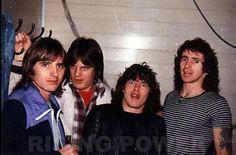 AC/DC : Phil Rudd(bateria), Mark Evans(bajo), Angus Young(guitarra), Bon Scot(R.I.P) (voz) - (falta MALCOLM).  EL AC/DC DE LOS PRIMEROS AÑOS, ALLA POR 1974, 1975. | nick_of_time