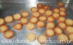 """Uma das delícias do mundo lowcarb/paleo é fazer biscoito, e o mais sensacional (atéagora) é o biscoito de coco, muito simples, prático, delicioso e com pouquíssimos carboidratos associados, e dá para fazer várias combinações.  Quando minha noiva fez esse biscoito eu pensei: """"Essa é a comida lowcarb mais delicioasa que existe""""! Eu faço toda …"""
