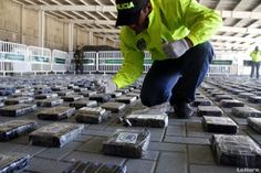 La Policía Nacional decomisó gigantesco cargamento de coca empacada en contenedores de carga en el puerto de Cartagena http://www.kienyke.com/confidencias/incautan-gigantesco-cargamento-de-droga-de-los-urabenos/