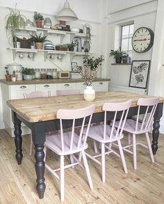 House gave her table and chairs a makeover using Frenchic's Dusky Blush and Loof❤️ Vac Home Decor Kitchen, Kitchen Interior, New Kitchen, Kitchen Design, Dining Table Makeover, Dining Table Chairs, Dining Table Upcycle, Painted Kitchen Tables, Painted Dining Chairs