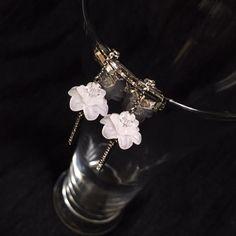 アクリルのお花とキラキラなパーツを合わせて清楚で華やかなイヤリングに致しました。作品名の通り「天上の花」ということで、キラキラパーツは花の茎に見立て、花に包まれたビーズを実に例えました。綺麗な花から生まれる美しい実は、着用する人の心を表し輝かせてくれるようにとの思いを込めて制作致しました。※ピアスは、他カートにてご用意しております。●カラー:ホワイト●サイズ:4.5cm、花14mm●素材:スワロフスキー、アクリル、真鍮●注意事項:過度に力が加わりますと壊れてしまう可能性がございますのでご注意ください。メッキ製品は水、汗、皮脂などに弱い性質です。ご使用後は柔らかい布で汚れを拭き取り密閉できる袋等で保存して頂くと長くご利用になれます。汚れたまま長時間放置しますと変色の原因になりますのでご注意ください。入浴時、プールや海でのご使用は絶対にしないでください。ヘアスプレー、日焼け止め、香水などの付着は変色の原因となりますので、付着してしまった際は速やかに拭き取りください。●作家名:紫月あおい#可愛らしい #シック #落ち着いたデザイン #ゆらゆら揺れる #スワロフスキー #可愛い…