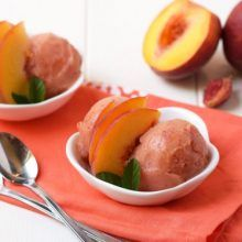 Homemade Peach Sorbet - Only three healthy ingredients and no ice cream maker required for this healthy, fresh dessert! It's the perfect summer treat! Healthy Sweet Treats, Healthy Desserts, Healthy Kids, Baby Food Recipes, Sweet Recipes, Fresh Peach Pie, Strawberry Frozen Yogurt, Peach Sorbet, Summer Desserts