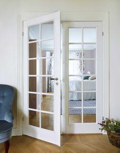 Compact glassdører til soverommet fra Swedoor Painting Wallpaper, Bathroom Medicine Cabinet, Villa, Stairs, Flooring, Living Room, Inspiration, Furniture, Design