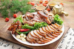 족발(jokbal) / Pigs' Trotters  Pigs' feet cooked in a spiced soy sauce. It often comes with a shrimp sauce dip.