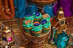 Las fiestas con temática árabe son una gran oportunidad para crear un evento realmente memorable con una decoración bien pensada. Lo mejor de las fiestas temáticas árabes es que son muy flexibles gracias a una abundancia de opciones: puedes sacarla adelante con casi cualquier presupuesto. Lo primero es encontrar tela, en una tienda de decoraciones