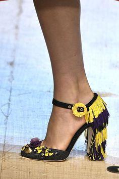 Dolce & Gabbana, tacones que definitivamente se destacan cubiertos de flecos y con apliqués de rosetas.