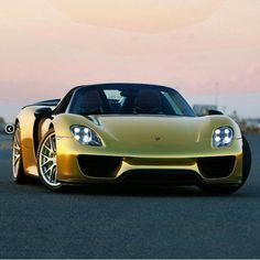 La Porsche 918 Spyder n'a été éditée, comme son nom l'indique, qu'en 918 exemplaires seulement. L'un des acquéreurs de cette voiture d'exception a décidé de s'offrir une version exclusive de ce modèle recouvert d'une somptueuse robe dorée, faisant de lui le propriétaire d'un véhicule unique à ce jour. Porsche 918 Spyder, un exemplaire d'exception…