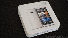 La nuova confezione di vendita dell'HTC One è indubbiamente molto particolare, in linea con il nuovo design del potentissimo smartphone.