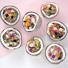 Coconut bowl ou le coco bowl, le bol qui donne envie de prendre le large. Mise en scène épatante où la noix de coco se fait contenant pour un résultat inoubliable. On met quoi dedans ? Des fruits frais ou un granola maison, des super aliments pour faire le plein d'énergie et ou des fleurs comestibles qui apportent douceur et poésie dans l'assiette. Autres solutions : des copeaux de noix de coco, des graines de chanvre, de chia pour une touche de croquant