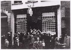 Op de dag van de bevrijding schenkt Apotheker Van de Brekel in de Heuvelstraat jenever aan blije voorbijgangers. Saillant detail: bij gebrek aan glazen serveert hij de borrels in medicijnglaasjes.
