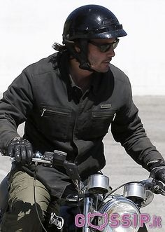 """Keanu Reeves aveva sorpreso i suoi fan apparendo con qualche chilo in più del solito al Festival del Cinema di Cannes 2013 per presentare il suo ultimo film, """"Man of Tai Chi"""". Adesso, probabilmente per prepararsi al ritorno sul set al fianco di Reese Witherspoon per """"Passengers"""", l'attore 48enne ha deciso di provare a tornare in forma. La star della trilogia di """"Matrix"""" è stata fotografata sulla sua moto all'uscita della palestra dove si è recato per una sessione di esercizio fisico."""