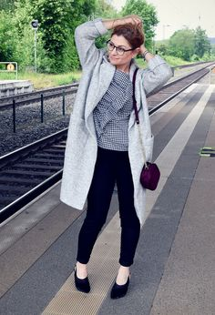 Bluse in Sommer Karo Schwarz-Weiß grauer Sommermantel aus Wolle / Outfit#skinnyjeans #blackandwhite #outfit #over40 #modetipps #bestager #ü40 #modeblog #modetipps #statementmantel #coat