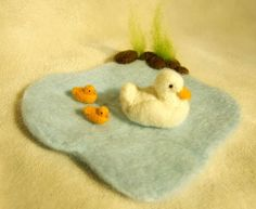 Needle Felted duck and ducklings on pond Felt Patterns, Stuffed Toys Patterns, Wet Felting, Needle Felting, Felt Fish, Waldorf Crafts, Easter Toys, Nature Table, Felt Toys