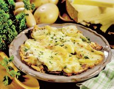 Truffade is a thick potato and cheese pancake, a specialty of the French Auvergne region. The cheeses used in the dish must always be mild, such as Gruyére, or Tomme fraiche de Cantal Vegetarian Christmas Recipes, Best Vegetarian Recipes, Easy Healthy Recipes, Easy Meals, Halloumi Burger, Traditional French Recipes, Simple Green Salad, Potatoes Au Gratin, Mets