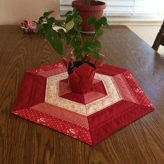 Placemats for A Round Table Amazing Christmas Red & Green Quilted Hexagon Table Runner Candle Mat Quilted Table Runners Christmas, Christmas Placemats, Christmas Runner, Table Runner And Placemats, Table Runner Pattern, Christmas Sewing, Red Christmas, Table Topper Patterns, Quilted Table Toppers