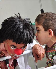 Sobre os Doutores | Doutores da Alegria   ☆   Doutores da Alegria é uma organização da sociedade civil sem fins lucrativos que há 24 anos promove as relações humanas e qualifica a experiência de internação em hospitais por meio da visita contínua de palhaços profissionais especialmente treinados em São Paulo e no Recife.