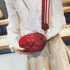 Le Eve est le sac ceinture parfait pour toutes les occasions. Que ce soit pour le voyage ou la vie quotidienne, il est le modèle préféré de plusieurs de nos clientes. Ce petit sac aux lignes simples est très léger et confortable et possède une bandoulière large ajustable vous permettant de porter le sac soit à la taille soit à l'épaule. Il offre une capacité de rangement maximale tirant le meilleur parti de sa taille. Ajouter ce magnifique sac a votre garde pour un style impeccable. Leather Crossbody, Pu Leather, Bags 2018, Waist Pack, Simple Lines, Bago, New Fashion, Fashion Backpack, Belt Bags
