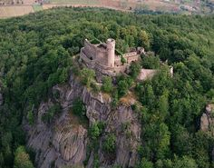 Chojnik - Castles in Poland Castle Ruins, Medieval Castle, Beautiful Castles, Beautiful Places, Amazing Places, Walled City, Amazing Architecture, Ancient Architecture, Old Buildings