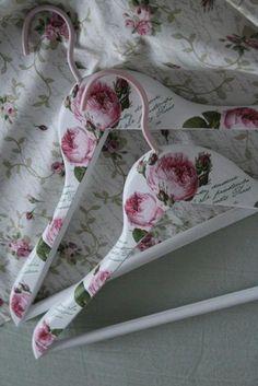 vešiaky s ružičkami