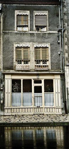 Façade à Olliergues. Photo © Copyright Yves Philippe