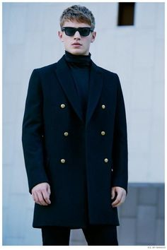 A smart casual combination of a navy overcoat and black chinos can maintain its relevance in many different circumstances. Navy Overcoat, Mens Overcoat, Gentleman Mode, Gentleman Style, Coat Style For Man, Bo Develius, Dark Blue Suit, Mens Winter Coat, Fall Winter