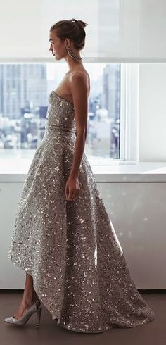 Oscar de la Renta www.thecityzoo.com This dress is pretty unbelievable. Completely stunning, #fashionista #oscardelarenta