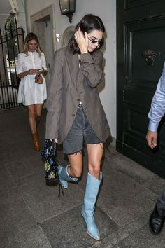 Kendall Jenner Style 594053007076701455 - Kendall Jenner's Style Evolution See all of the it-model's best fashion, street style, red carpet, and off-duty looks. Source by Kendall Jenner Outfits, Kendall Jenner Estilo, Kylie Jenner, Street Style Trends, Street Style Women, Blue Cowboy Boots, Western Boots, Botas Western, Cowboy Boot Outfits