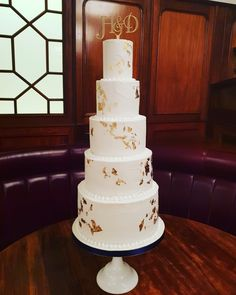 White And Gold Wedding Cake, Cream Wedding Cakes, Edible Gold Leaf, Cake Toppers, Desserts, Food, Instagram, Meal, Deserts