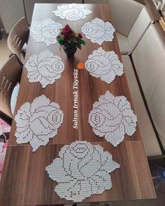 crochelinhasagulhas: Crochê filé na casa - Crochet and Knitting Patterns - Her Crochet Crochet Motifs, Thread Crochet, Crochet Doilies, Crochet Flowers, Crochet Stitches, Knit Crochet, Crochet Placemats, Crochet Table Runner, Doily Patterns