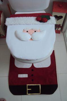 Jogo de banheiro de natal com aplicação de papai noel com detalhes em carapinha. Tapete do vaso feito em veludo vermelho que imita a roupa do papai noel e Tapete para pia com aplicação motivos natalinos na medida 50x70cm;