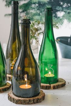 DIY advent wreath from old glass bottles - the DIY lifestyle .- DIY Adventskranz aus alten Glasflaschen – das DIY-Lifestyle Magazin DIY advent wreath from old glass bottles Old Glass Bottles, Glass Bottle Crafts, Wine Bottle Art, Diy Bottle Lamp, Garrafa Diy, Wine Bottle Centerpieces, Wine Bottle Candles, Bottle Cutting, Cutting Glass Bottles