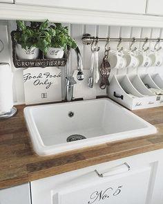 Rustic Kitchen, Country Kitchen, Kitchen Decor, Cottage Kitchens, Home Kitchens, Küchen Design, House Design, Cozy House, Kitchen Interior