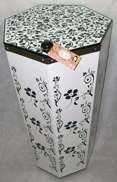 Cesto para roupas... . com certeza amei fazer mais uma peça deste luxuoso Kit Banheiro Classic Floral... com cinta de de inox de reforço... com verniz à prova de água.. e com uma estampa florida em stencil!!!!... um clássico ... e vem mais por aí.... nicho de parede...   Altura: 76.50 cm Largura: 37.00 cm Comprimento: 37.00 cm Quer conferir é só clicar no link abaixo... e conheça também todas as formas de pagamento incluindo 12x no cartão.. Frete grátis por todo Brasil, pelo PAC