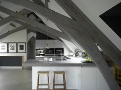 A unique space deserves a unique kitchen, as seen in this bespoke, Roundhouse kitchen finished with grey hues and driftwood veneer Timber Structure, Functional Kitchen, Bespoke Kitchens, Round House, Architectural Features, Cuisines Design, Timeless Elegance, Minimalist Design, Kitchen Design