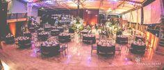 Romero Office Decor arrasou nesta decoração de casamento com flores brancas e fundo preto no MS Ilha, trazendo requinte e sofisticação ao espaço. Veja mais: