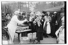 Aquí podemos ver un festival de perritos calientes que tuvo lugar en Greenwich. Nueva York 1900.