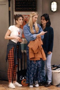 Phoebe buffay friends fashion - phoebe buffay's best fashion moments on friends Friends Scenes, Friends Cast, Friends Moments, Friends Show, Quote Friends, Phoebe Buffay, Rachel Green, Tv Show Outfits, Cute Outfits