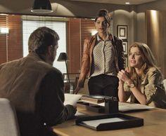 A morena fica cara a cara com o jovem durante reunião de negócios (Foto: TV Globo)