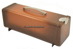 Retro Vintage Brabantia gingerbread tin This 70s brown gingerbread tin is made by Brabantia. It has a silver handle and flap closure. This gingerbread storage tin is suported by two legs.  see: http://www.retro-en-design.co.uk/a-45193988/retro-vintage/retro-vintage-brabantia-gingerbread-tin/