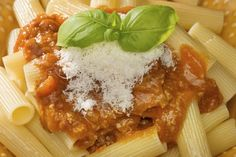 Ricetta del parmigiano vegano: gustoso e leggero  100 g di anacardi 10 g di pinoli 10 g di noci 80 g di lievito alimentare in scaglie Sale q.b. Frullate tutto grossolanamente