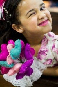 E hoje vamos aprender como fazer um bouquet de corações de feltro?! Você poderá usá-lo para entrar na igreja, na hora de jogar ou bouquet, fazer para suas daminhas ou fazer enfeitinhos lindos!Material:- Feltro- Linha para bordar e agulha- Enchimento (espuminha ou algodão)- Cola quente- Tesoura- Agulha- Materiais de acabamento: fita de cetim, renda, arame ou palitinhos de madeira, fita floral, etc.- Molde de coraçãoComo fazer:Imprima o molde acima, ou faça você mesma em um papel.Risque no…