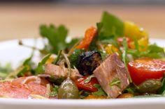 Dit is een barbecuegerecht dat smaakt naar vakantie. In één grote schaal verzamelt Jeroen grote stukken gegrilde groente, blokjes beenham met dat onweerstaanbaar barbecue-aroma en een hele selectie verse tomaten.De salade werk je af met een selectie van tomaten. De tomaten die opgegeven zijn in de ingrediëntenlijst zijn een voorstel, maar je mag gerust zelf experimenteren met de tomaten die je gebruikt.Opmerking: Jeroen bereidt de barbecuegerechten op een houtskool-kogelbarbecue die toelaat…