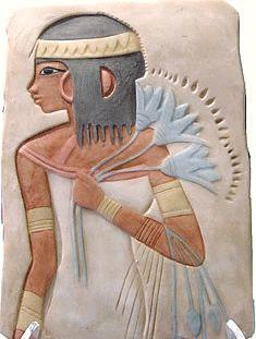 Sacerdotisa con ramillete de papiros en ceremonia de las Diosas Isis y Neftis, tras la muerte de su esposo y hermano Osiris