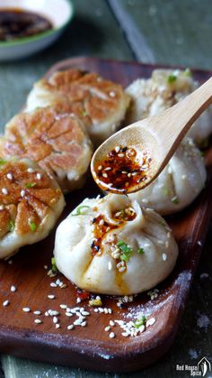 Sheng Jian Bao: Pan-fried pork buns (生煎包) - Tasty, moist pork wrapped with half-soft, half-crispy dough, Shanghai pan-fried pork buns, traditio - Pork Recipes, Asian Recipes, Cooking Recipes, Healthy Recipes, Japanese Food Recipes, Japanese Food Dishes, Japanese Meals, Homemade Chinese Food, Gastronomia