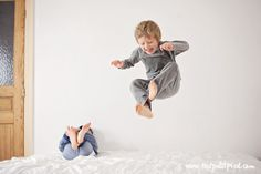 how to take photos of kids jumping on the bed by Lisa Tichane Photo Shoot Tips, Home Photo Shoots, Creative Photography, Children Photography, Photography Tips, Jumping Pictures, Funny Jump, Emotional Child, Simple Photo
