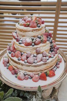 注目の的?デザインケーキにこだわろう♪イチゴとブルーベリーが満載のネイキッドケーキ